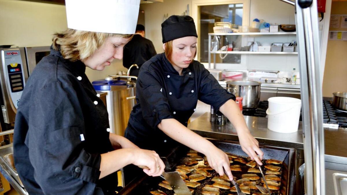 Her lager matfag-elever fra Melbu steiksild til Vesterålen matfestival.