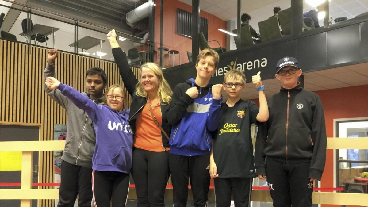 Her er deltakende elever fra Runni ungdomsskole sammen med ordfører Grete Sjøli. F.v. Hozafah Mehmood, Emilie Lerum Johansen, Grethe Sjøli, Ole Martin Tønsager Furuly, Robin Aldal og Xander Kopperud.