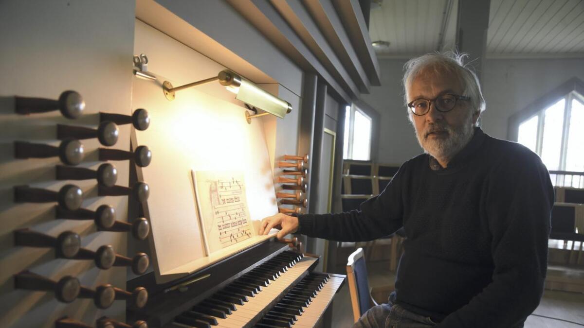 Ivar Mæland speler orgel under konserten i Bremnes kyrkje 27. oktober. Mæland vaks opp i Mælandsvågen, men har budd heile sitt vaksne liv i Haugesund, Danmark, Trondheim og Bergen. – Dette orgelet er mykje større enn ein normalt ville byggje i ei kyrkje på Vestlandet. Det er eit godt orgel