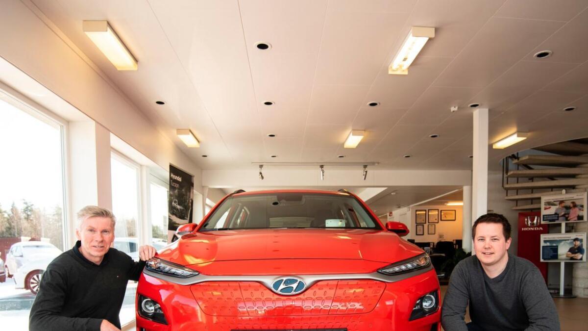 Magnar Hovatn og Henning Kristiansen er de kundene nok vil møte om de for eksempel vil bestille Hyundai Kona.