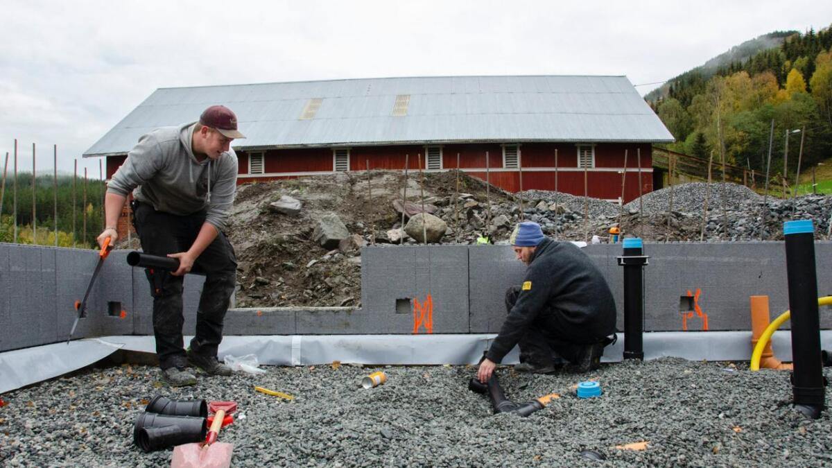 Nils Bjørnar Ullestad Børdalen (t.v.) og Øyvind Solbakken tok røyrleggarutdanning i Hønefoss og Nord-Norge, og kom begge heim att til Hallingdal etter endt utdanning. Øyvind Solbakken meiner folk må ha ein grunn for å kome tilbake til dalen.