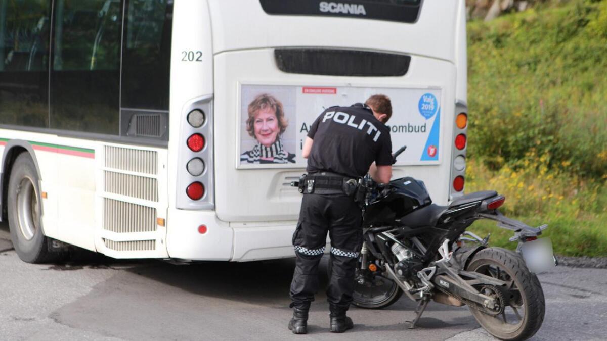 Føreren feilberegnet forbikjøring og kjørte rett inn i bussen bakfra.