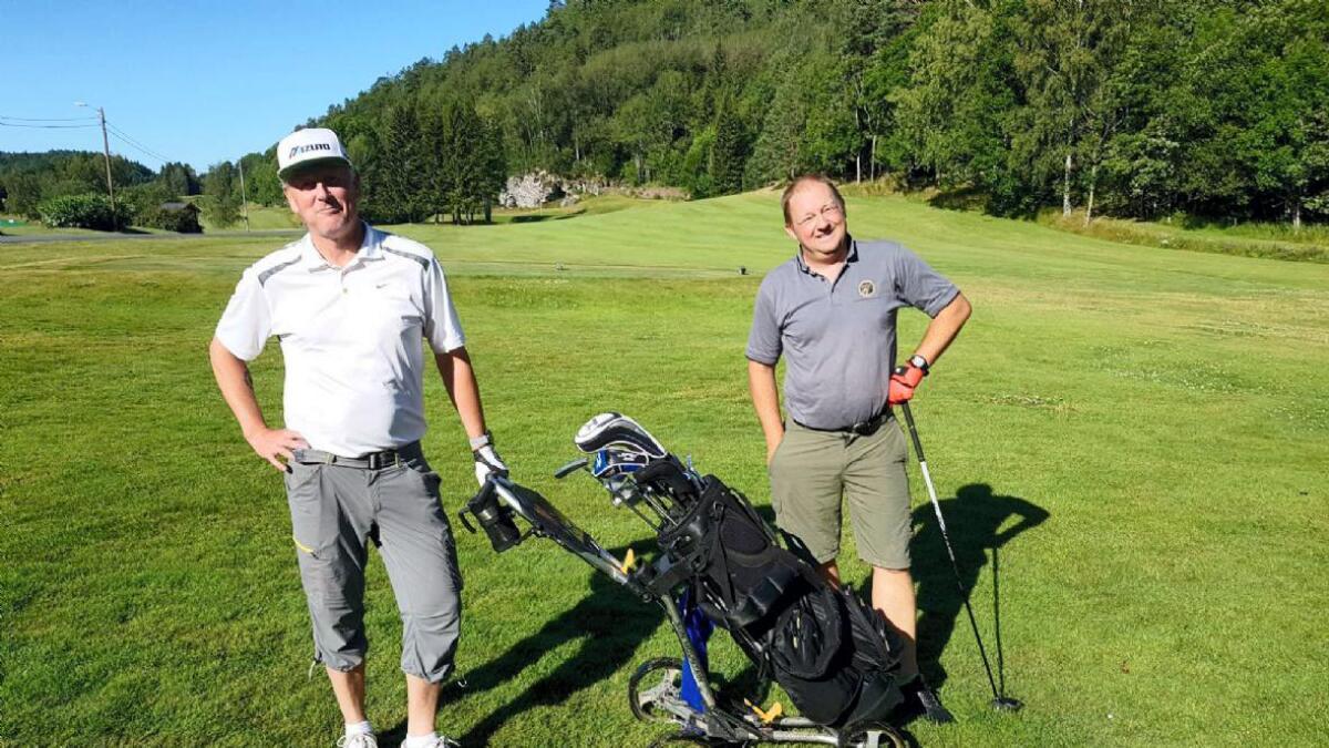 16.juli spilte Terje Granås og Olav Johansen 118 hull på 24 timer og satt ny banerekord (Granås til venstre,            Johansen til høyre).