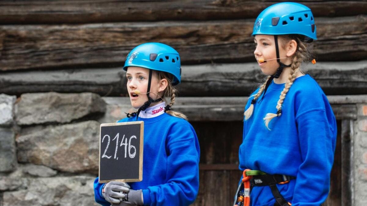 Sjetteklassingene Ingrid Josefine Breimyr Hansen (til høyre) og Oline Christin Eikemo fra Froland er med i det nye TV 2-programmet.