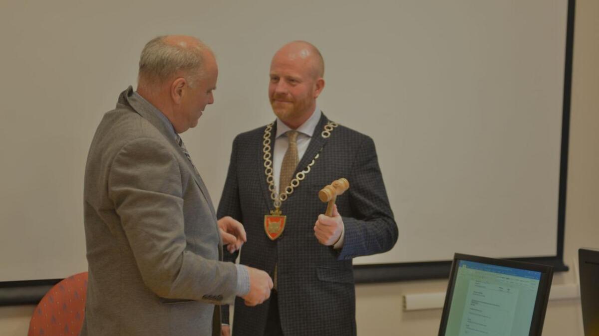 Oddvar Grøthe takka for seg, og Pål Rørby overtok ordførarstolen og leiinga av kommunestyremøtet.