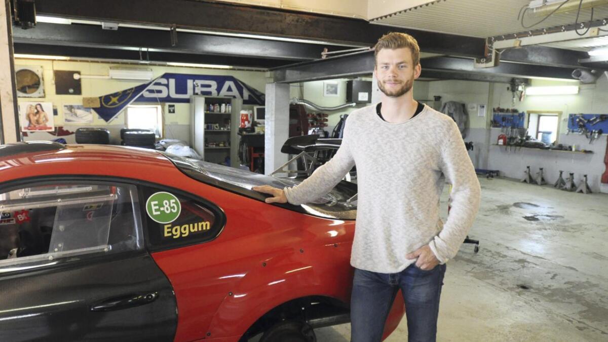 Peder Eggum viser fram sin Toyota Supra. Det var lenge drømmebilen, og Eggum forteller at bilen egner seg godt til drifting. Selv om familielivet krever sitt, så bruker han mye tid på bilen.