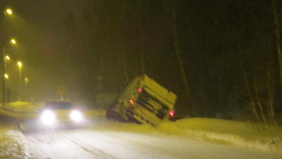 En søppelbil kjørte ut av veien i Grimstad