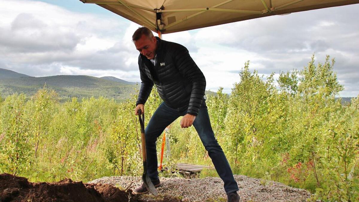 Forsvarsminister Frank Bakke-Jensen legger ned grunnsteinen for tilstedevaktbygget for F-35 på nye Evenes flystasjon.