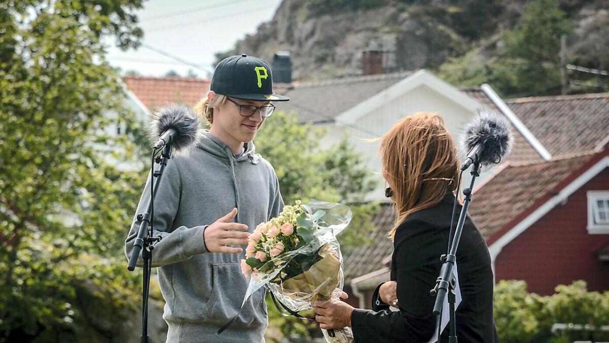 – Jeg hadde ikke helt tenkt at jeg skulle vinne, forteller Daniel Nicolai Grønn Moen som her tar imot blomster fra festivalsjef Torborg Igland.