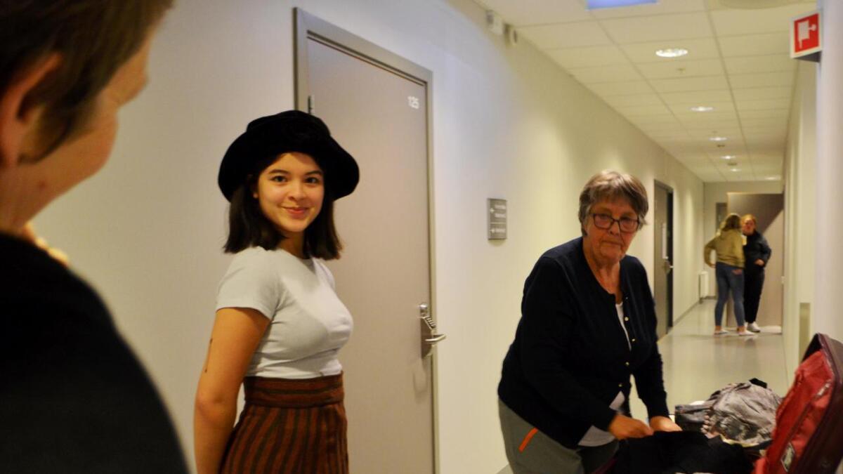 Jenna Marie Grant tester kostymet til Victoria Risøen for første gang. – Hun er rolig og high class, røper skuespilleren.