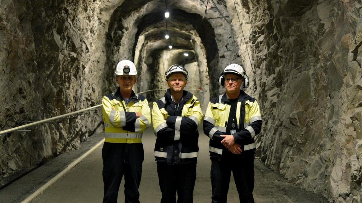 Vedlikeholdssjef Halvor Eggerud (f.v.), kraftverkssjef Svein Asland og vedlikeholdsplanlegger Per Jonassen inne i fjellet på Mår kraftverk.