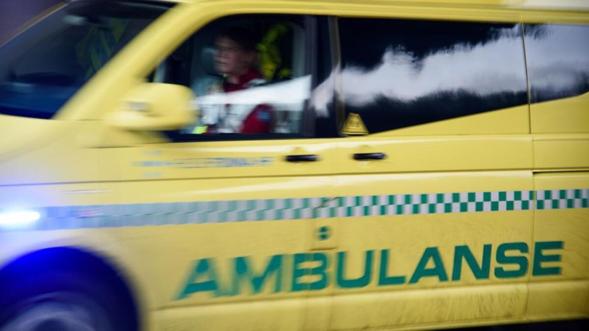 Ein bilførar vart laurdag føremiddag henta med ambulanse etter ei trafikkulukke i Sandvikvåg.