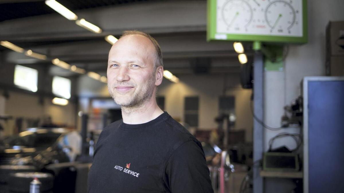 Sveinung Hovland har jobba hos Auto Service på Bømlo i 27 år. Har stortrivst på arbeidsplassen.