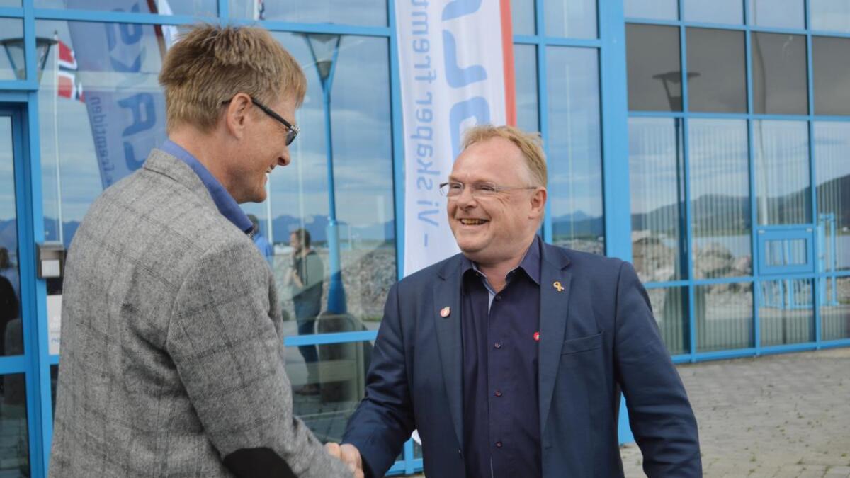 Fiskeriminister Per Sandberg (Frp) gir nye utviklingskonsesjoner til Inge Berg og Nordlaks.
