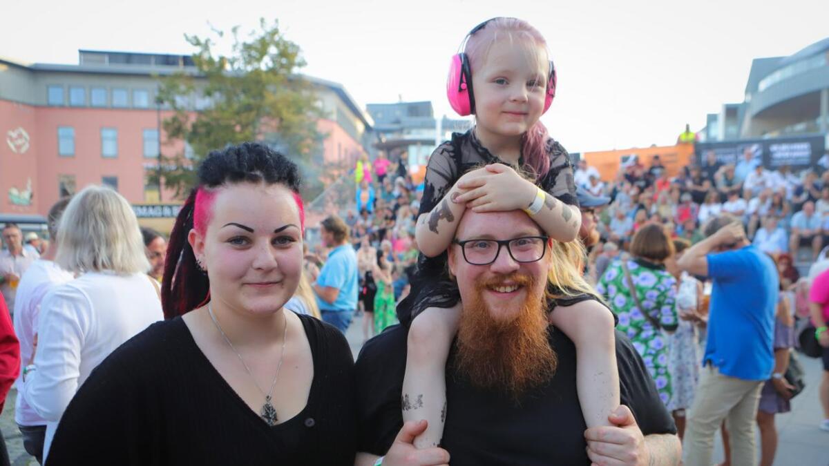 Lilly Stiansen Kamp (4) er med mamma Emily Kamp og pappa Kenneth Stiansen på sin første Gåte-konsert.