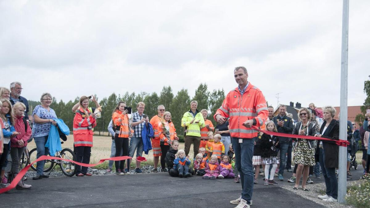 Avdelingsleder Nils Karbø i Statens vegvesen Akershus klippet snora, og slo fast at gangvegen er viktig og at de nå kan stryke denne strekningen av lista over trafikkfarlige strekninger.Alle