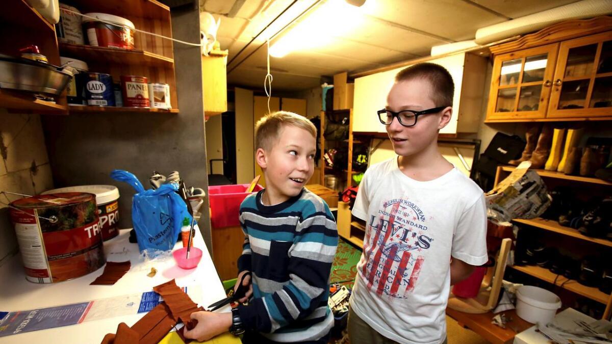 Mens Henrik har ligget hjemme i sengen har tvillingbroren Hogne gått på skolen, i klassen der Henrik egentlig også skulle vært. – Jeg har vært veldig misunnelig på Hogne, sier Henrik.