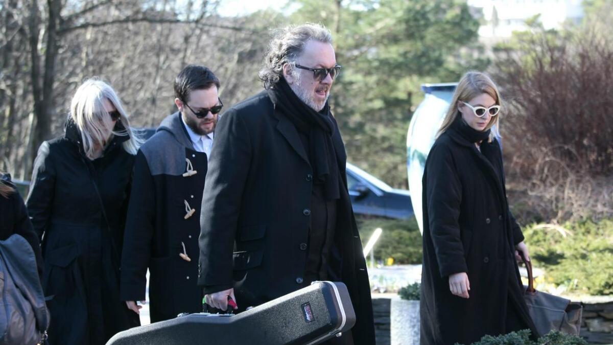Bjørn Eidsvåg på vei inn i Kjell Nupens begravelse.