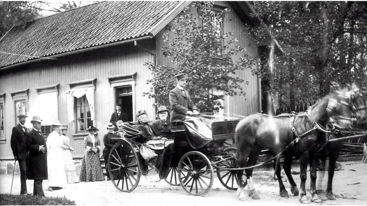 Ivar Munthe Daae var den store gründeren på Kaldvell. Han hadde tjent en formue som tolldirektør på Formosa. I første omgang kjøpte han praktvillaen på Egra i Grimstad. Som en ser av bildet, var det stil over hans liv. To hester foran vogna og egen kusk.