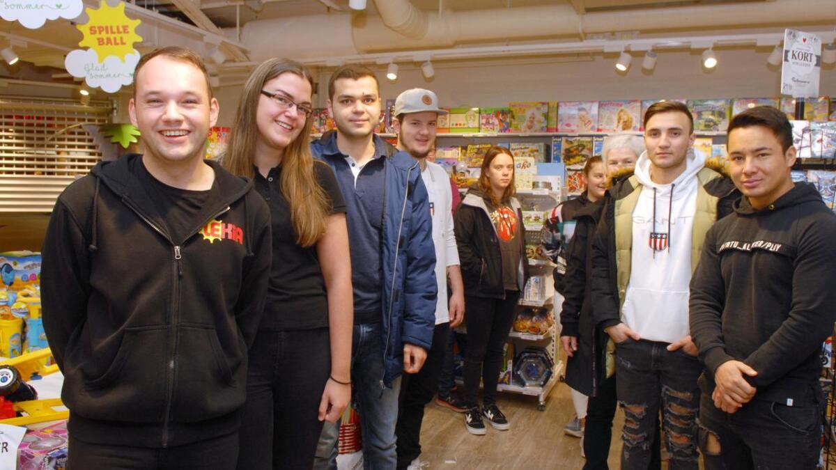 Daglig leder Rudi Helmersen (f.v.) og lærling Lene Anette Lind tok imot elevene fra VG2 salg, service og samferdsel på Lekia.