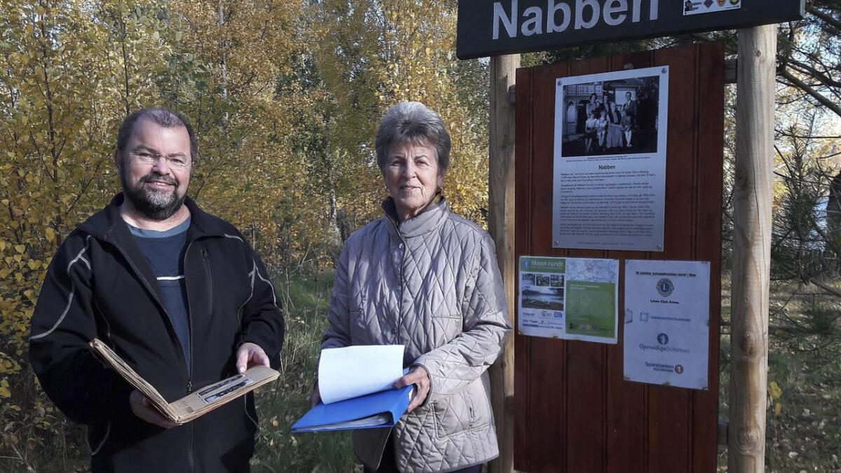 Ragnhild og Arne Løkkevold setter pris på at Nabben er blitt en fin rasteplass for turgåere på Oldtidsveien langs Glomma.