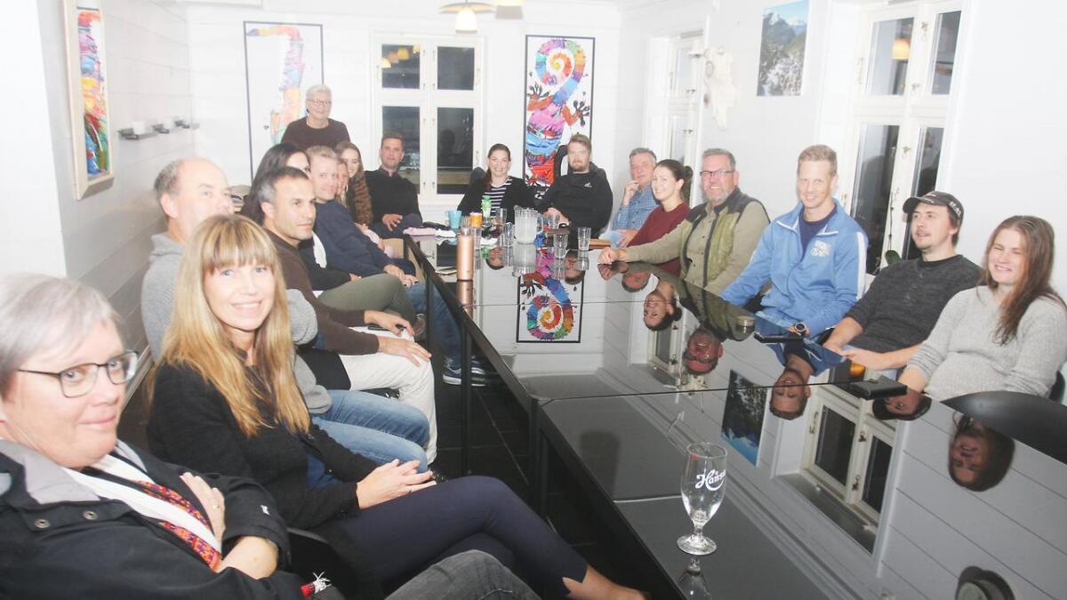 Lokalpolitikarar frå – og sympatisørar til Samlingslista og Solrenningslista samla på valvake på Mobryggja måndag kveld.
