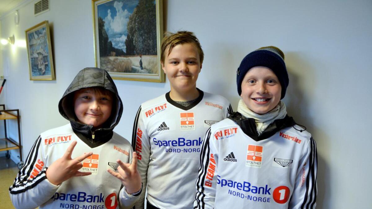 Tor-Egil, Ola og Håvard fra Sortland IL kunne melde om gode resultater på kampene de har spilt. – Det er litt kaldt, men artig likevel, sier de.