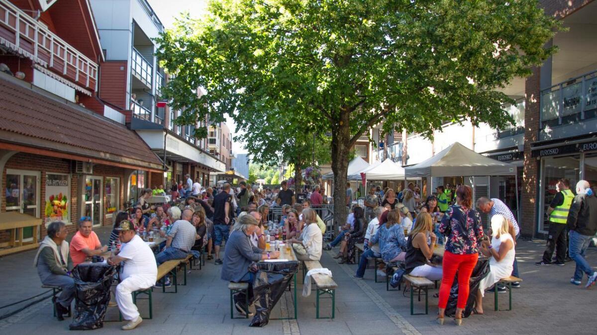Dersom været er med på laget, pleier det å være god sommerstemning i Venneslas gågate under «Sommer i gågata». Lørdag 10. august er artister og arrangører klare igjen. (Arkivfoto)