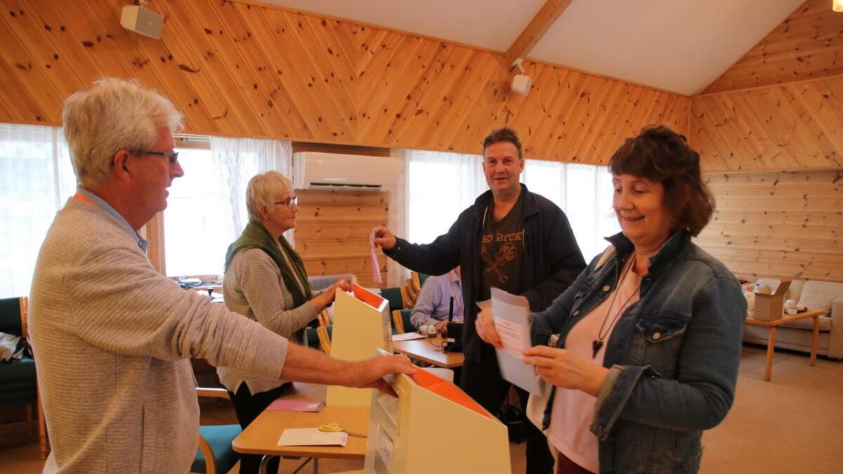 Valfunksjonærane Svein-Ove Hesjedal og Marie Brit Bjerke (t.v.) ser til at stemmesetlane til Berit og Kjell Boge hamnar i valurnene.