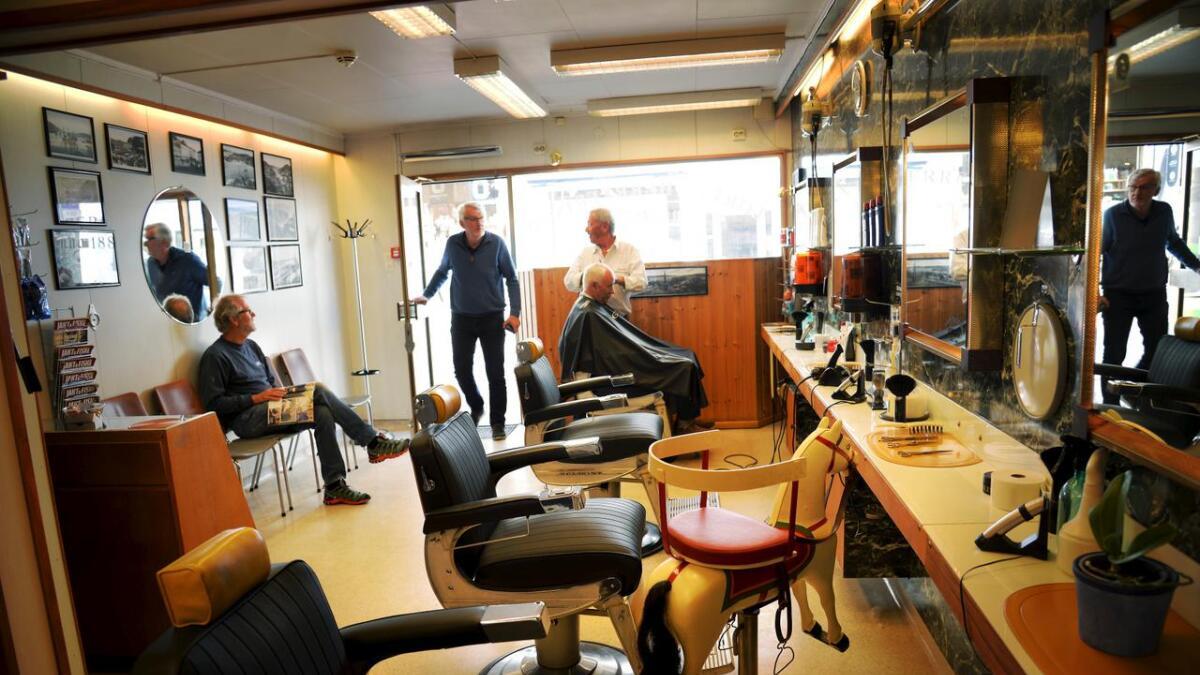 Med Ole Laurits Bruun i stolen og Nils Thompson og Dag Øvernes (i døren) på vent, har Dag Holer nok å gjøre. Nå må han til sommeren 2020 likevel flytte 20 meter mens den gamle Britannia-gården i Arendal totalrestaureres.