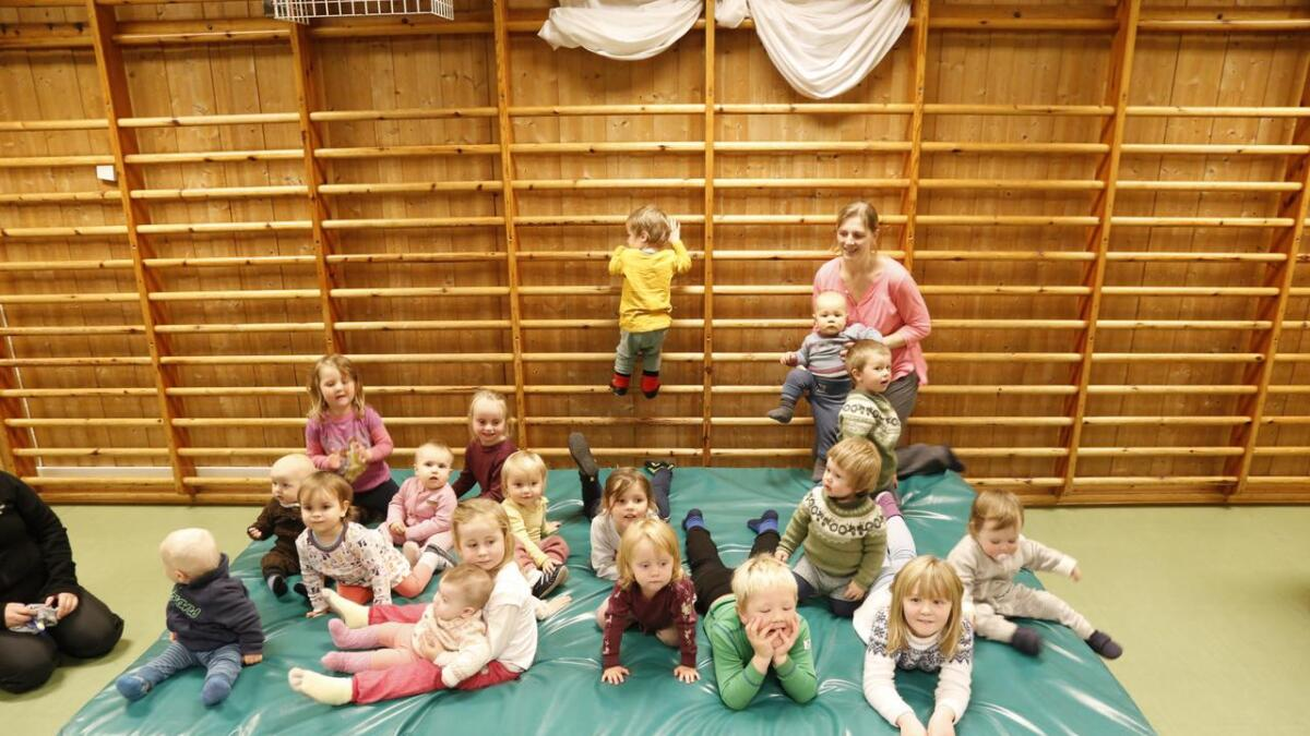Her er borna samla i gamleskulen på Bolstad.