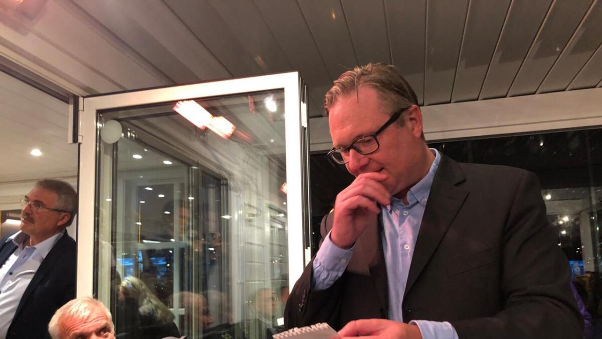 Høyres Einar Holmer-Hoven studerer de første resultatene.