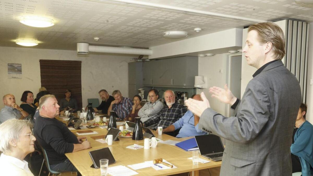 Prosjektrådmann Arild Steine orienterer det avtroppande heradsstyret i Granvin om framdrifta i samanslåingsprosessen.