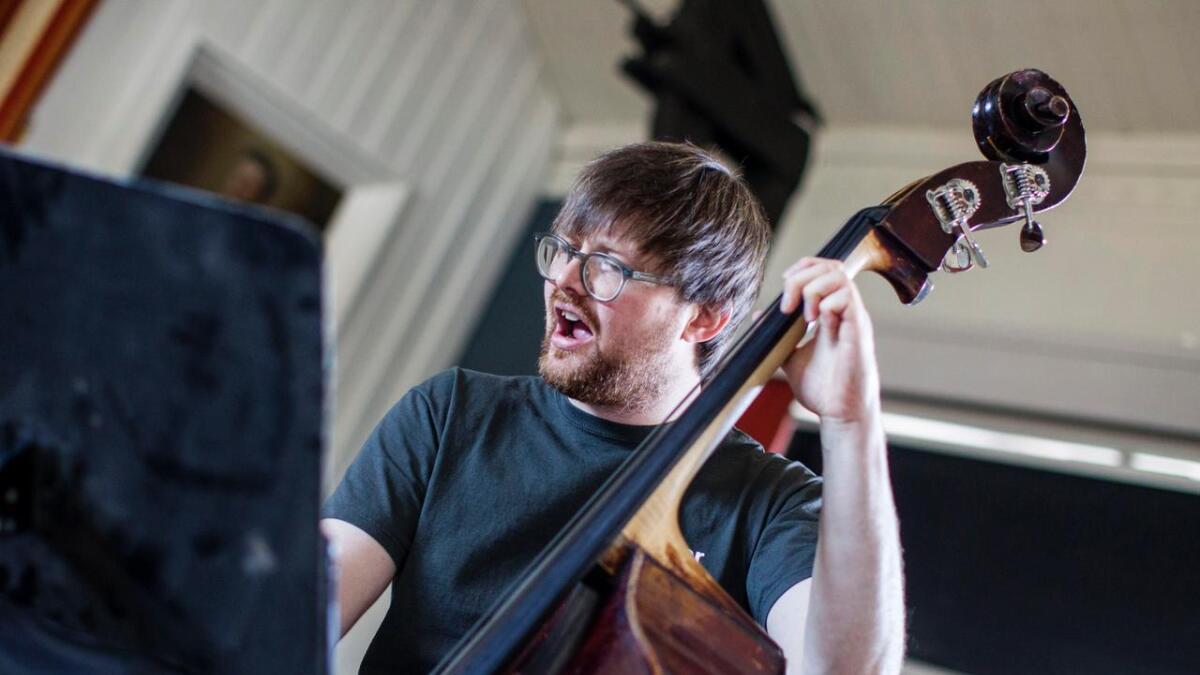 Ole Morten Vågan spelar kontrabass med kvite hanskar, slik at han sparer fingrane til seinare i kveld.