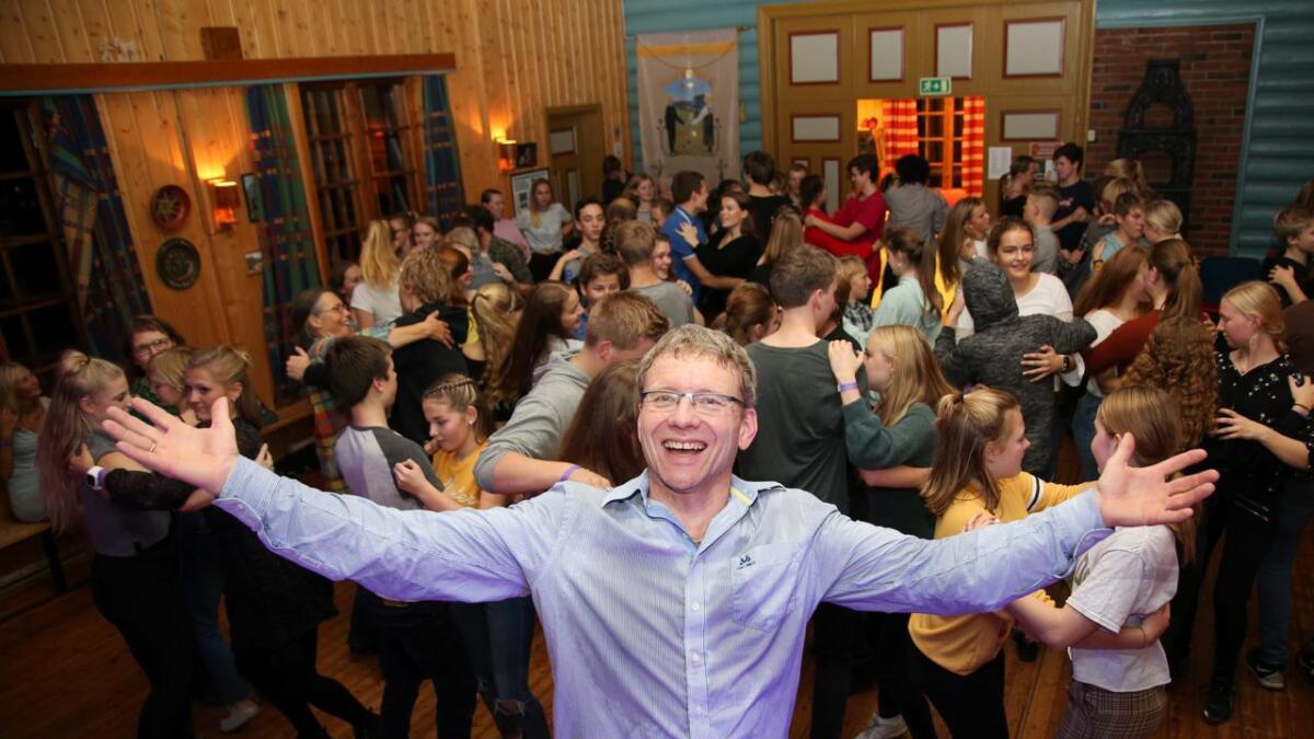 Ein strålande fornøgd arrangør Martin Myhr under dansefesten på Hugnadheim på Torpo i 2018.