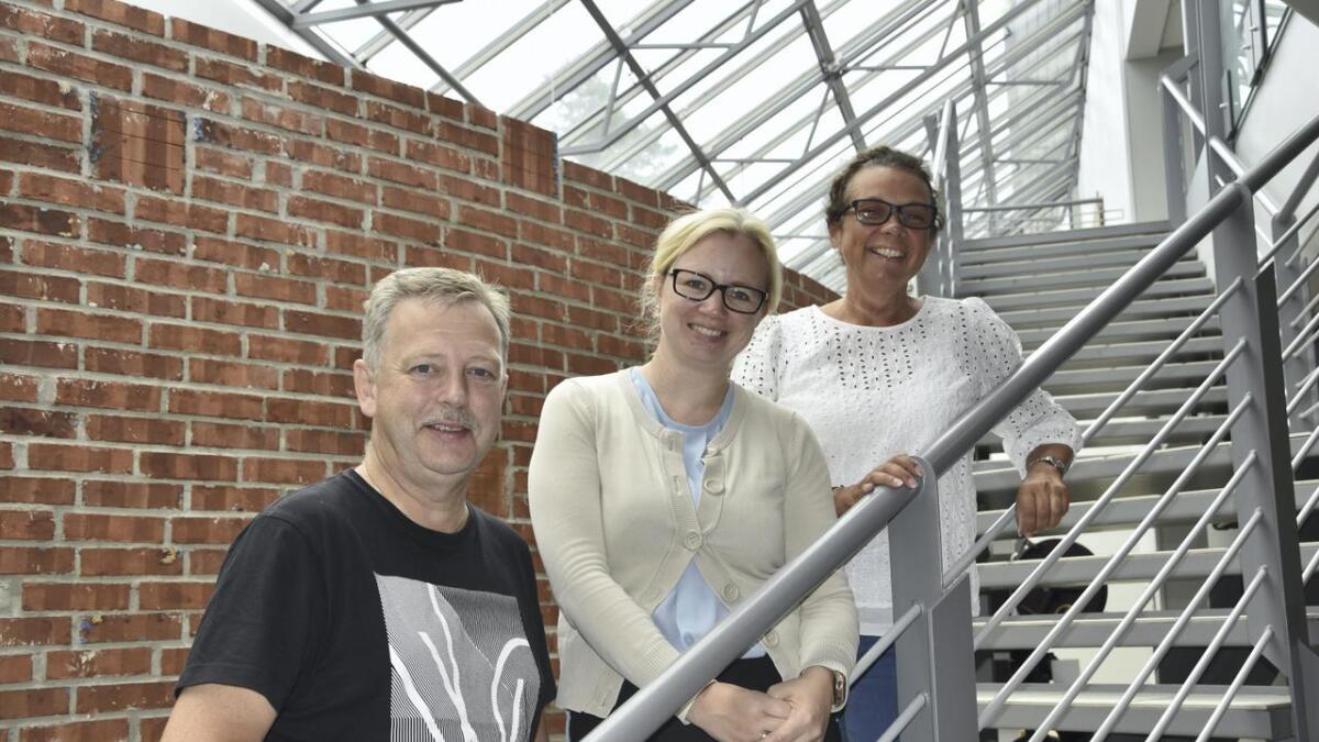 Leif Kulsrud og Marianne Injer er avtroppende revysjefer, mens Torill Delbekk Arnesen (i midten) tar over stafettpinnen neste år.