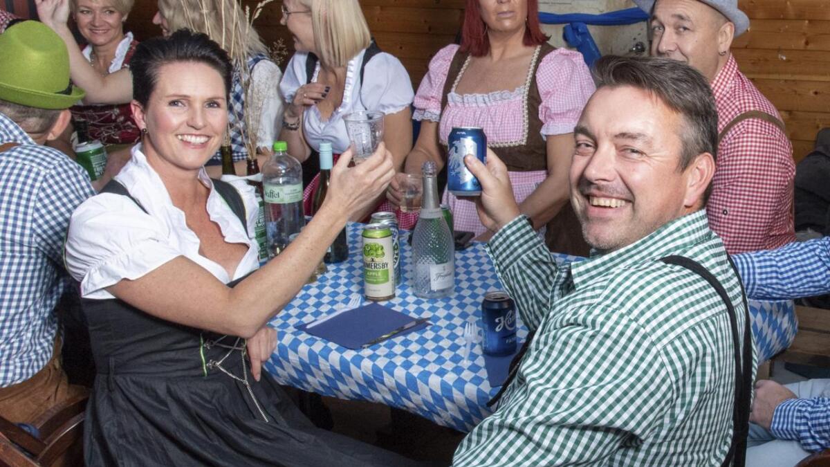 Vanja Stortvedt og Bjørn Tungeland kosa seg på oktoberfesten på Jensaneset.