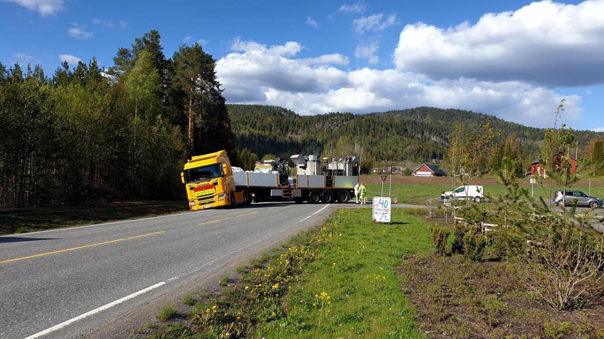 To større kjøretøy drev veimerking i Siljan søndag ettermiddag. I en sving gikk det galt og bar ned i grøfta.