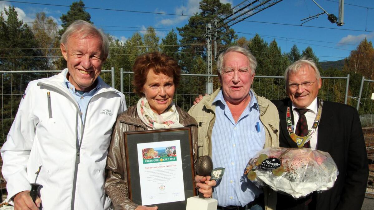 Årets gulleple gikk til driverne av Årnes kafeteria, Gunnar og Lisbeth Ingelstad.