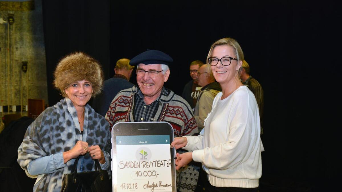 Sanden revyteater var blant dem som mottok støtte av Lillesands Sparebank og banksjef Anne Grethe Knudsen (t.h.) i 2018.