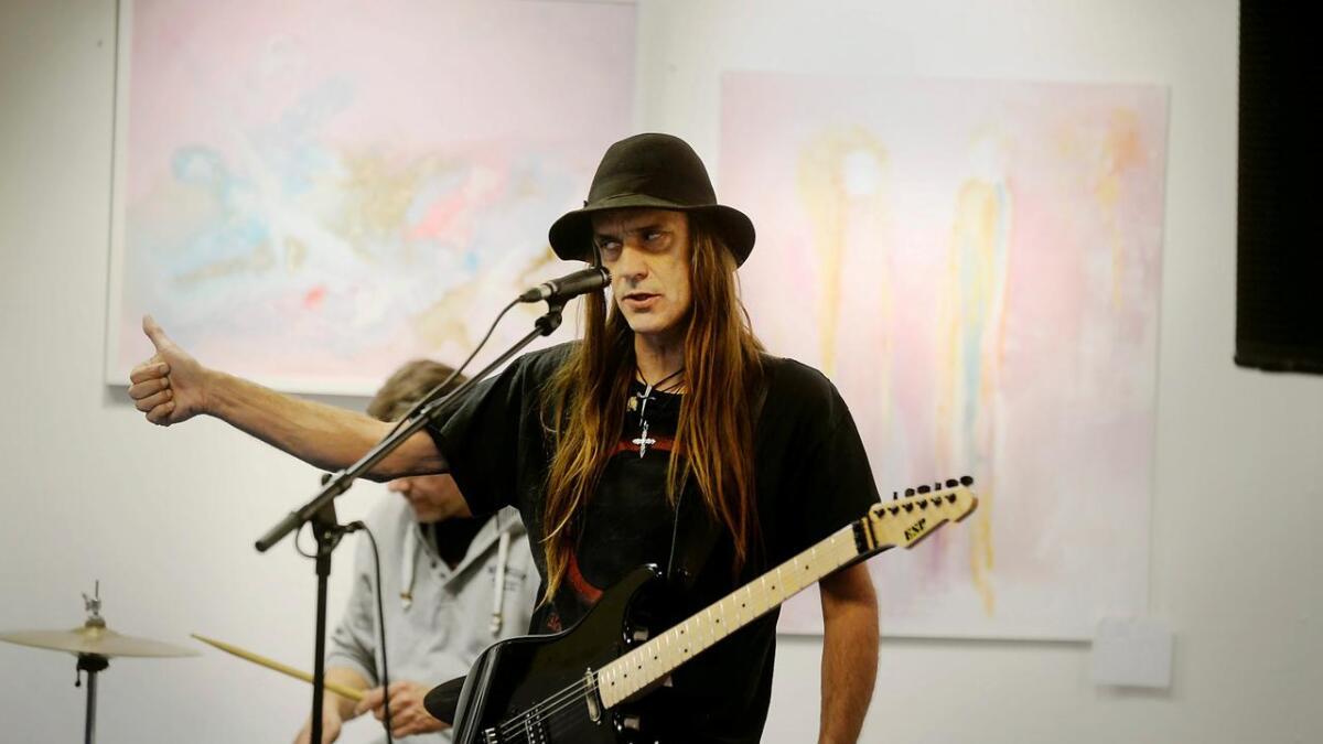 Ronni Le Tekrø er i disse dager ute og promoterer sitt soloalbum «Mein Ampf II».I går svingte han innom Kunst for Syria.
