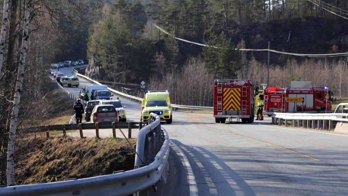 To biler og fire personer er involvert i kollisjonen.