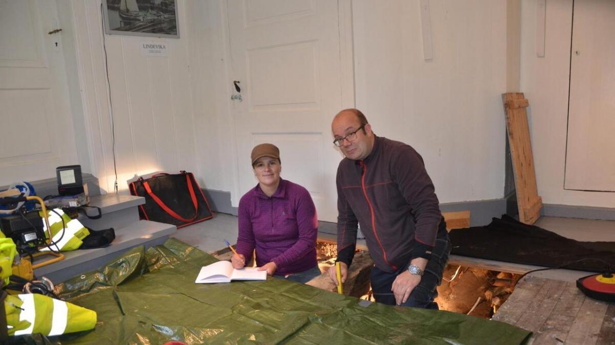 Arkeologene Ingunn Dahlseng Håkonsen og Nils Ole Sundet holder i disse dager på å avdekke et av museets mange hemmeligheter.