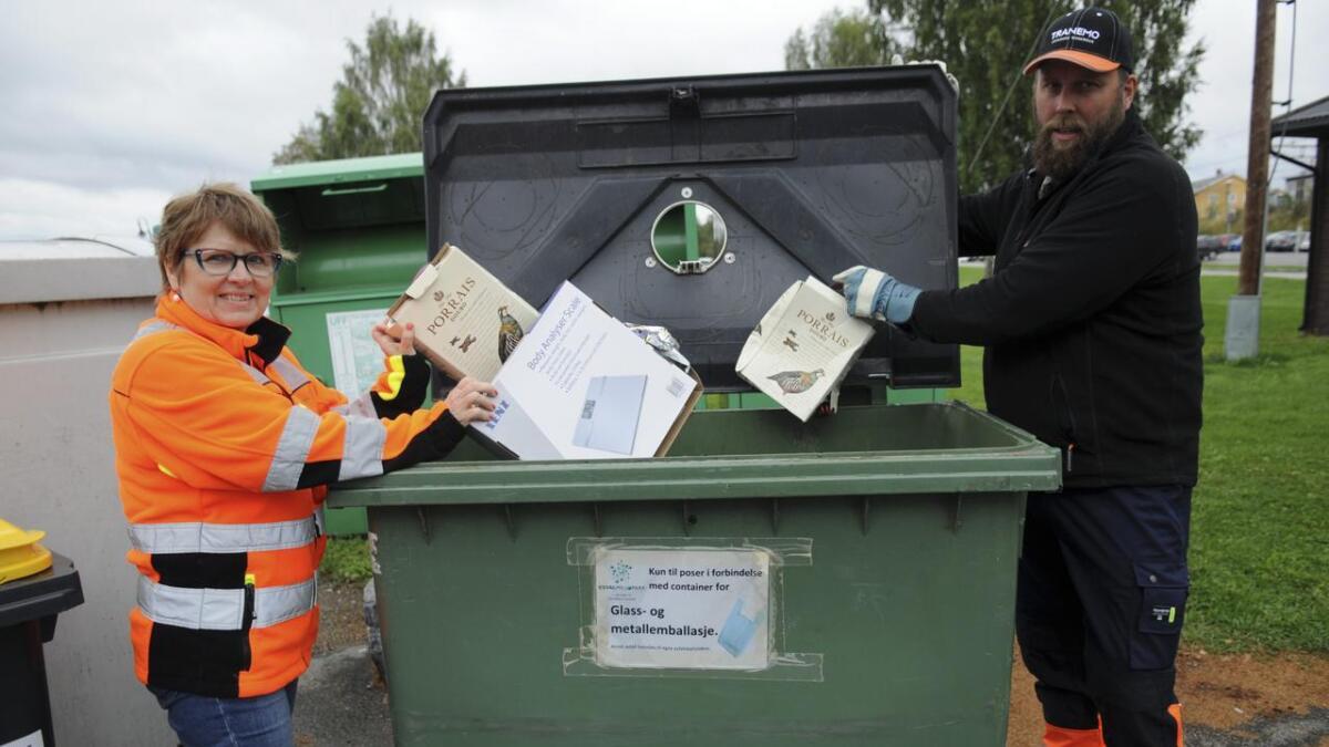 Vinkartonger skal ikke kastes i beholderen for poser. Lindis Assmann, fagleder renovasjon, og Jan Johansen, avdelingsleder i Nordren, er oppgitt over at søppel kastes feil ved returpunktene. Begge