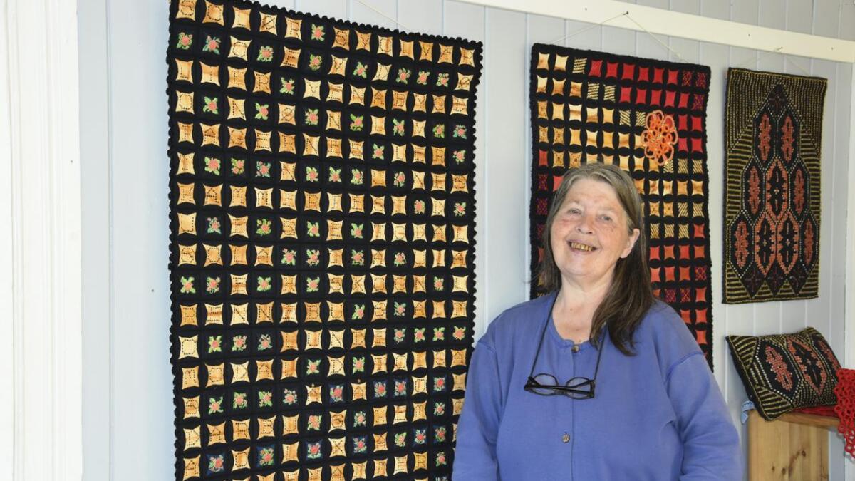 I år er det 30 år siden Karin Kristiansen gjorde veven til sitt levebrød. Lørdag ønsker hun velkommen til utstilling i galleriet i Nes kulturhus. Her viser hun fram et teppe som er laget av den gamle teknikken filering. Begge