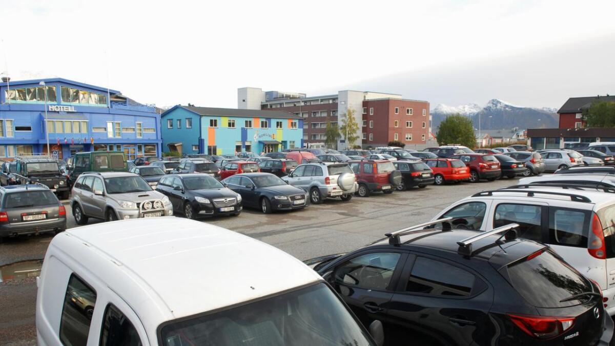 Gårdeier Ole Riber tar grep for å få ryddet i parkeringa ved bussterminalen, og innfører parkeringsavgift.