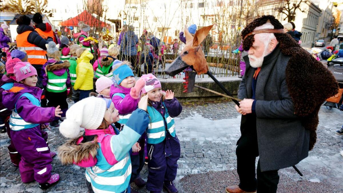Førstelektor i Kunst og Håndverk, Jan-Erik Sørenstuen, sørget for at barna fikk møte ulven under Arendal Vinterfestival.