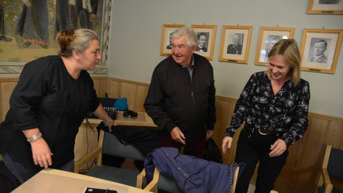 Line Sperrevik Persson (t.v.) og Gjertrud Gauteplass vart takka for samarbeidet av Claus Quist-Hanssen (H) onsdag.