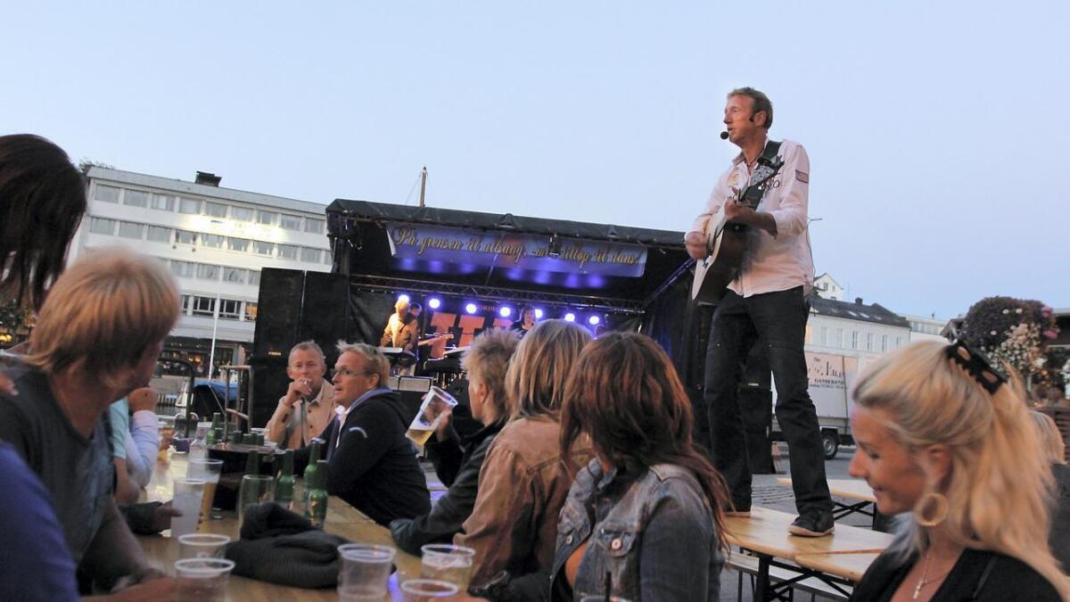 TT-Band spiller opp for åttende gang på Poppes plass lørdag kveld, og lover mye nytt låtmateriale i tillegg til kjent stoff som de håper folk synger med på. Bildet er fra 2017 da Helge Arneberg leverte fra bordene.