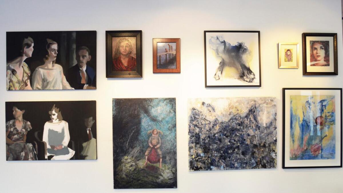 Monika Lavoll har levert de to maleriene til venstre.